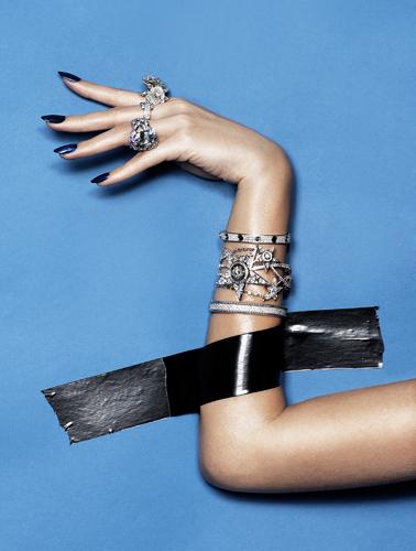photo détail mains corps joaillerie beauté peau ongles